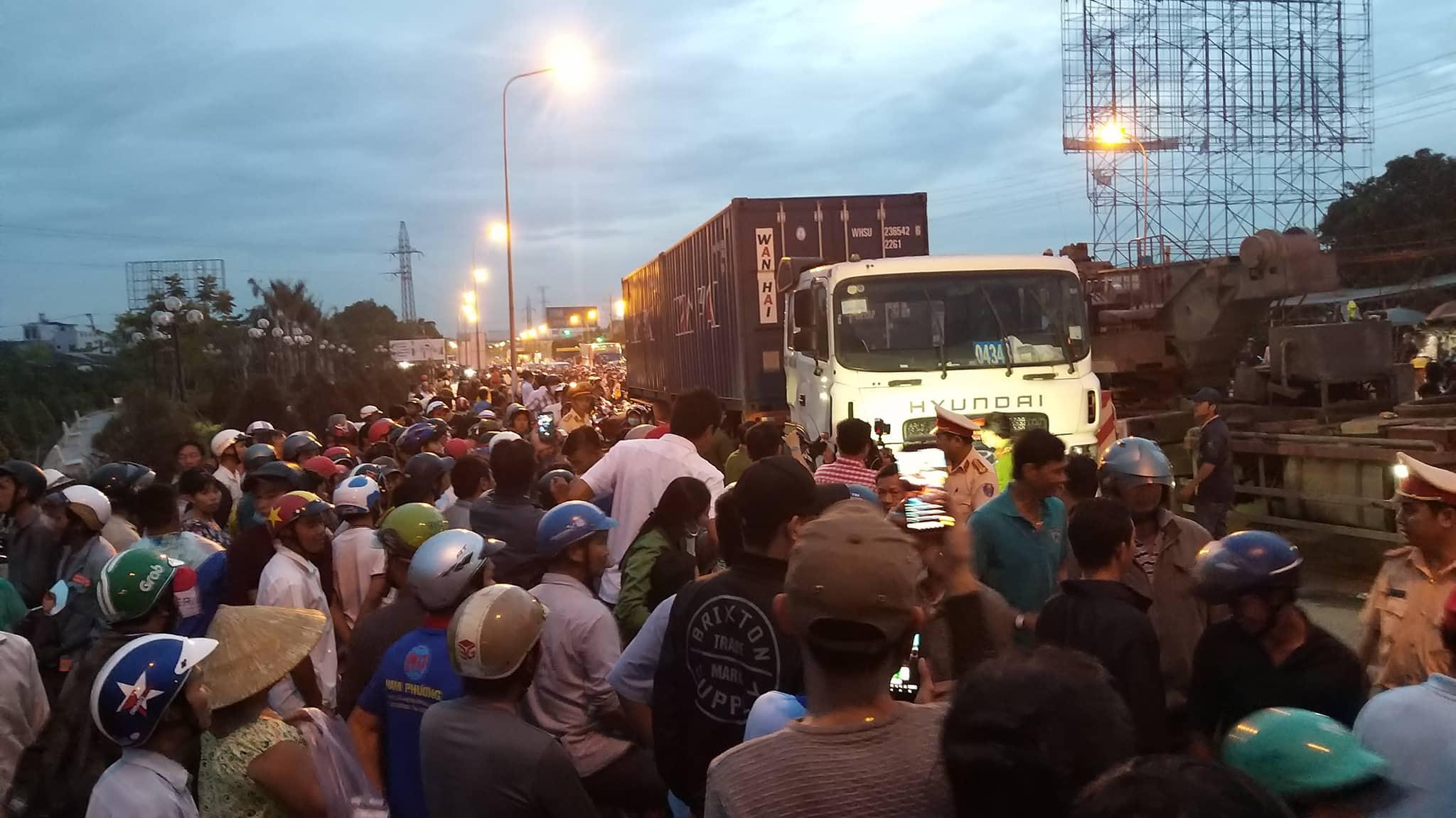 Vụ tai nạn kinh hoàng ở Bến Lức: Kẹt xe kinh hoàng qua hiện trường vì hàng trăm người hiếu kỳ - Ảnh 9