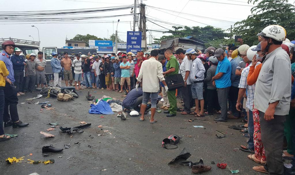 Vụ tai nạn kinh hoàng ở Bến Lức: Kẹt xe kinh hoàng qua hiện trường vì hàng trăm người hiếu kỳ - Ảnh 1